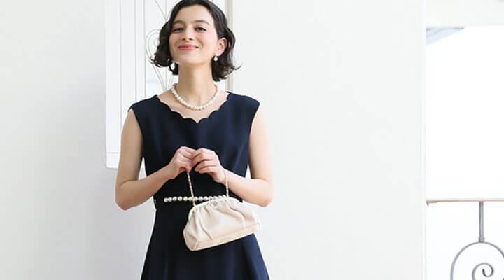 人気のネイビードレスと小物合わせ術