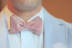 502f2b02cfc45 結婚式や祝いの席では、ネクタイを華やかなものにしましょう。昔のように「結婚式のネクタイは白」という習慣もなくなりましたが、ダーク系のものより明るい色の  ...