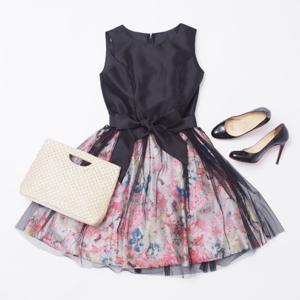 ウエストリボンチュールドレスとバッグと靴のコーデ