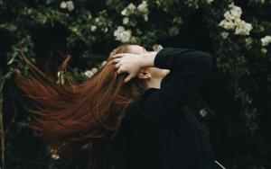 無造作ロングヘアの女性
