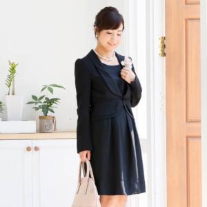 ブラックドレスとジャケットのコーディネート