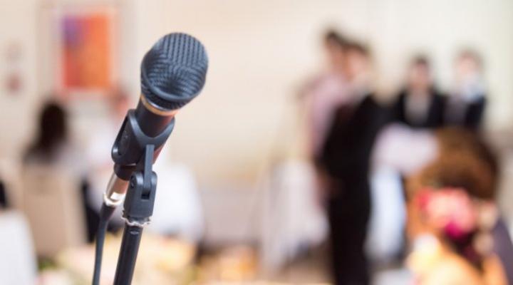 [結婚式のスピーチ]主賓・乾杯・友人代表の挨拶文例とマナー